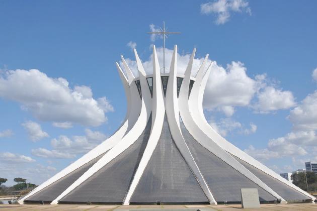 La cathédrale de Brasilia à valu à l'architecte Oscar Niemeyer le prix Pritzker en 1988