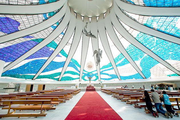 La cathédrale de Brasilia est un monument de modernité créé par l'architecte Oscar Niemeyer